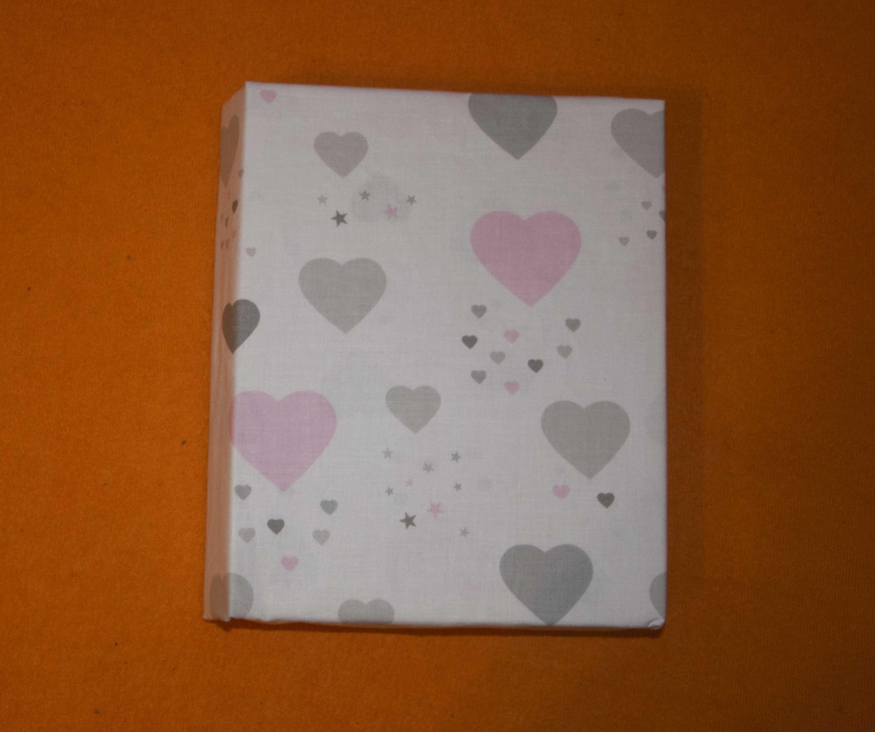 Bavlnìné prostìradlo 120x60 cm bílé s šedo-rùžovými srdíèky - zvìtšit obrázek